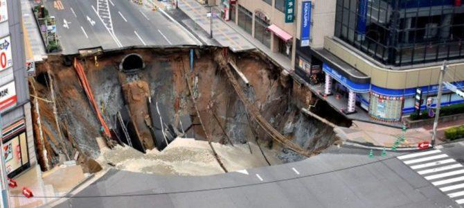 Após conserto, local de cratera gigante no Japão volta a afundar